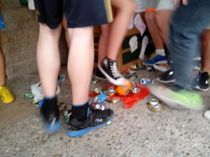 pisando latas